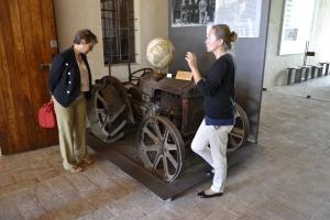 Il trattore e il mappamondo della fam. Cervi oggi simboli di riscatto, di libertà